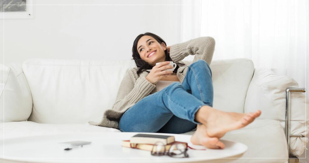 Kvinna i soffa som slappnar av