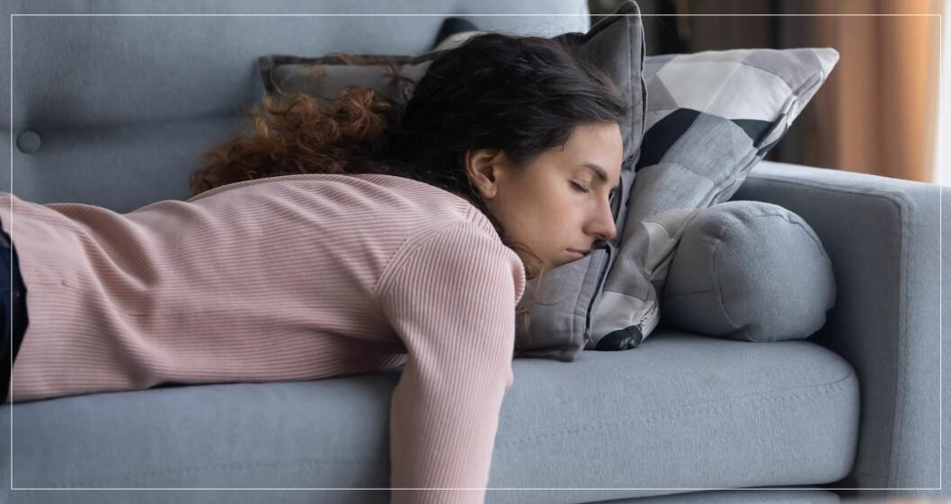 Kvinna ligger och sover i soffan