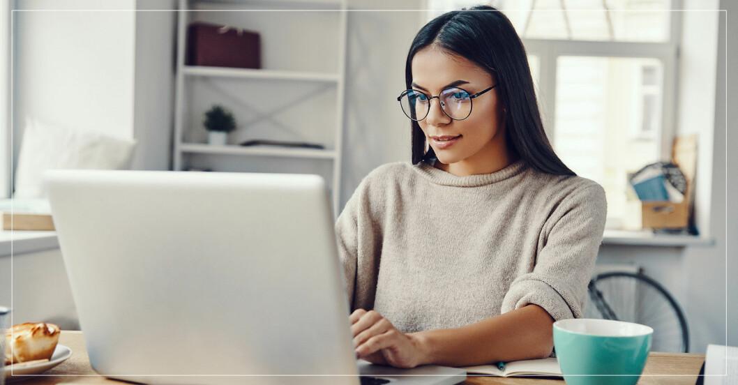 Kvinna som sitter framför datorn.