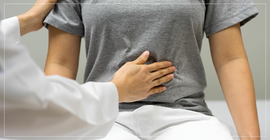 doktorn undersöker kvinnas mage
