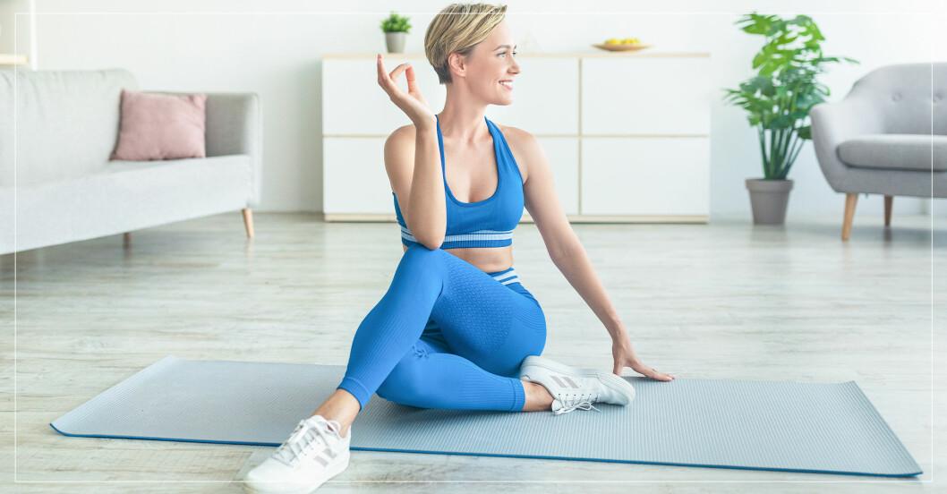 kvinna stretchar ryggen i bra övning