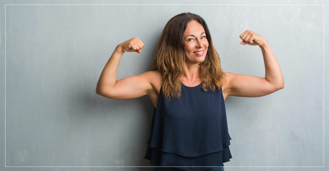 starkt kvinna visar musklerna