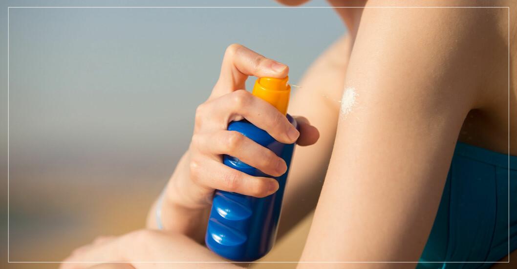 Kvinna applicerar solskydd på sin arm