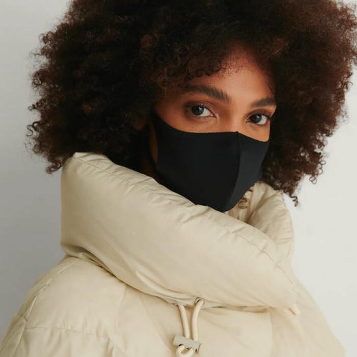 Svarta munskydd i tyg från NA-KD