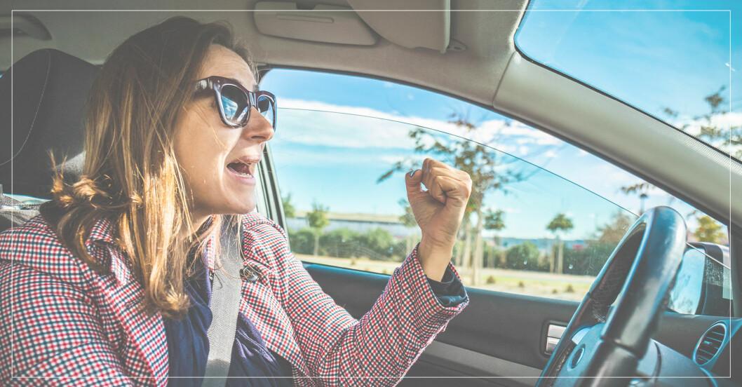 ärlig kvinna svär i bil