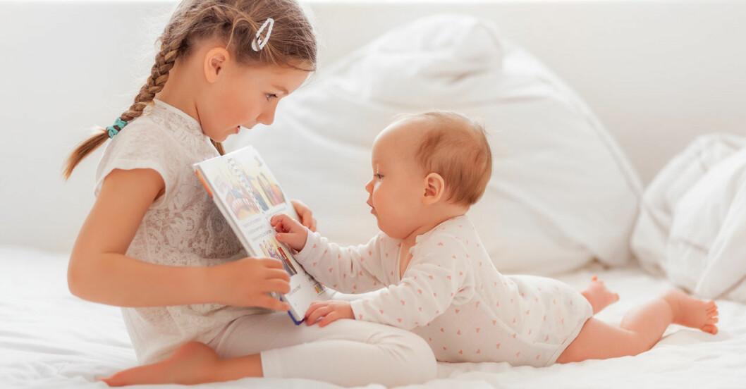 Syskon läser för bebis