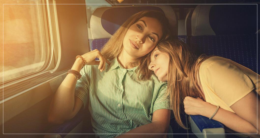 vänner åker tåg