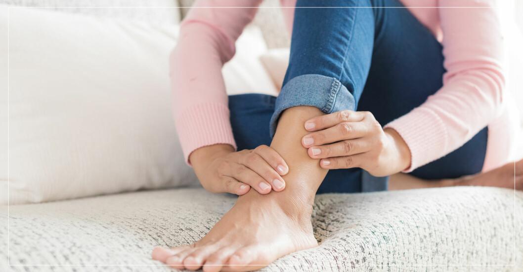 kvinna som har ont i benet