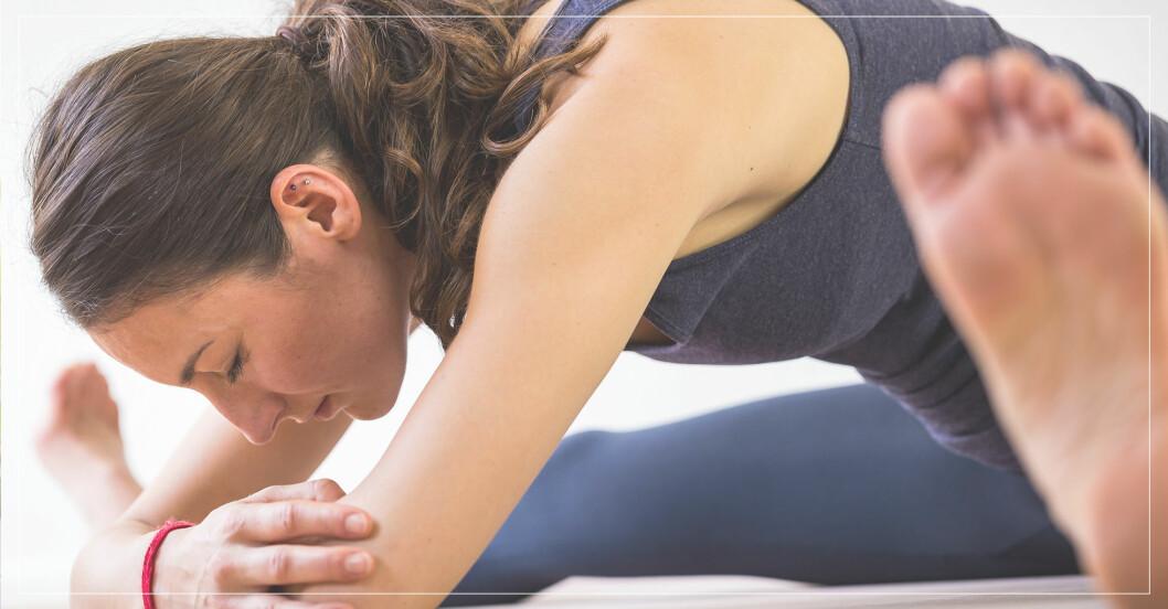 kvinna testar sin rörlighet genom övningar