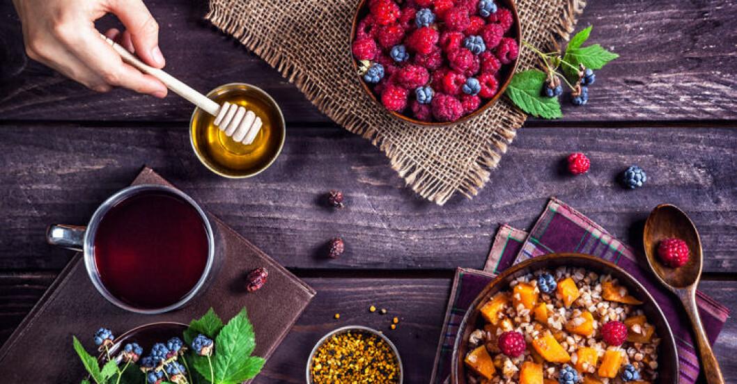 frukost på bord: bär, honung mm