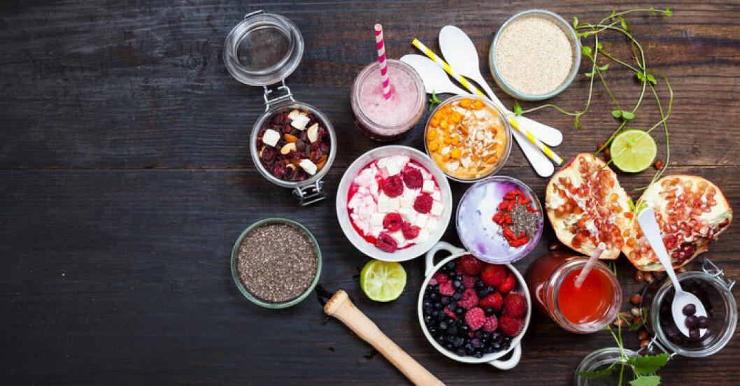 skålar med yoghurt, bär, frön, nyttigt mellanmål