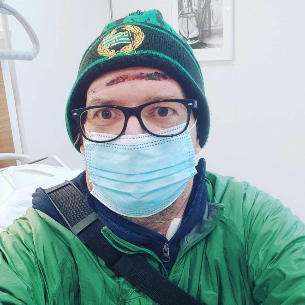 Thomas Ekholm på väg från sjukhuset.