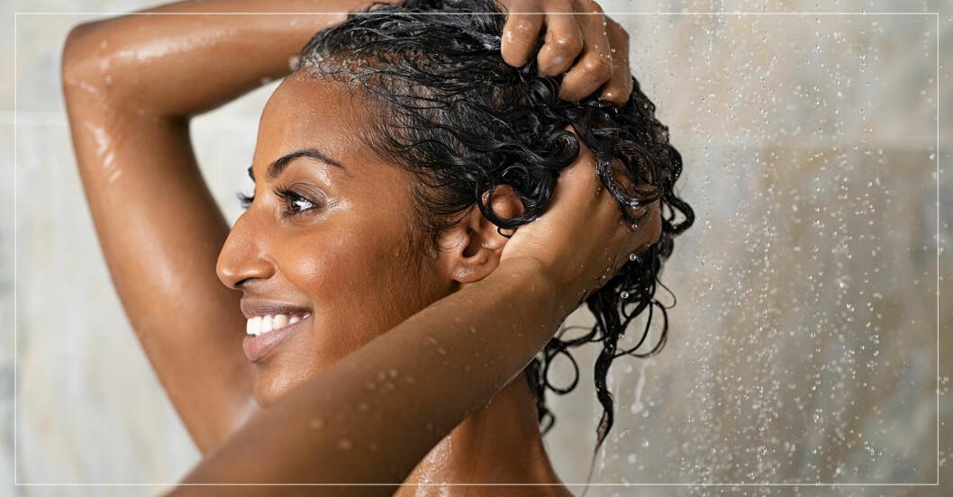 kvinna som tvättar håret