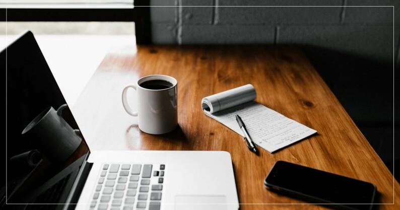 Skrivbord med laptop, kaffe och en att göra-lista