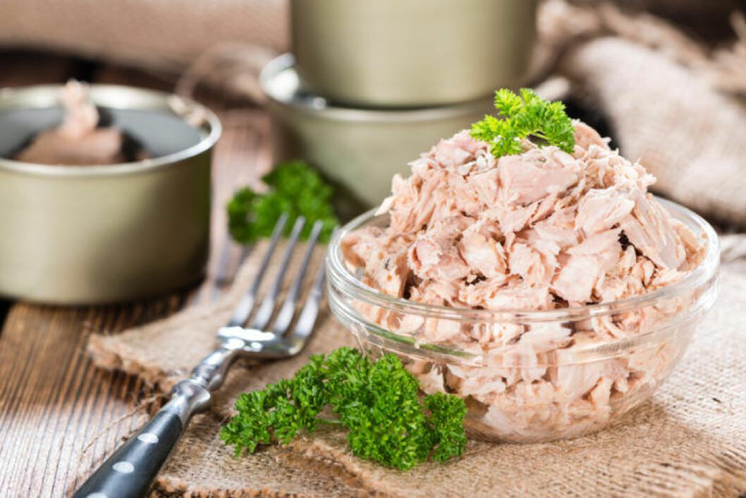 Tonfisk från burk i glasskål.