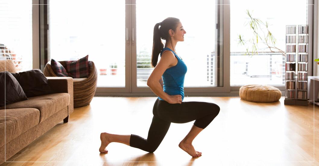 Kvinna som tränar hemma