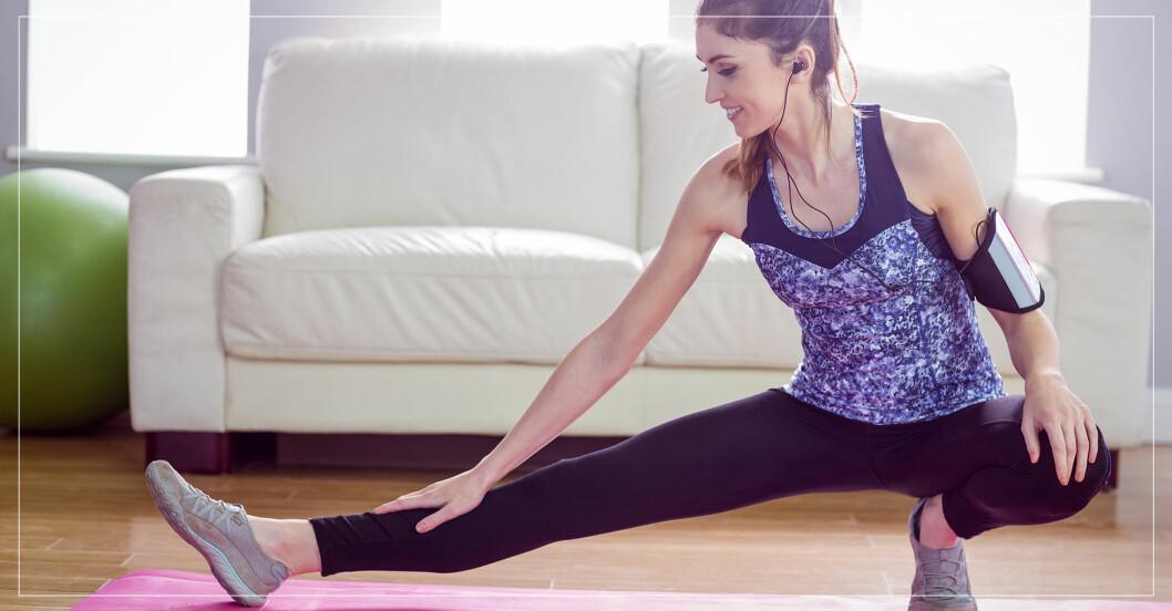 kvinna tränar hemma