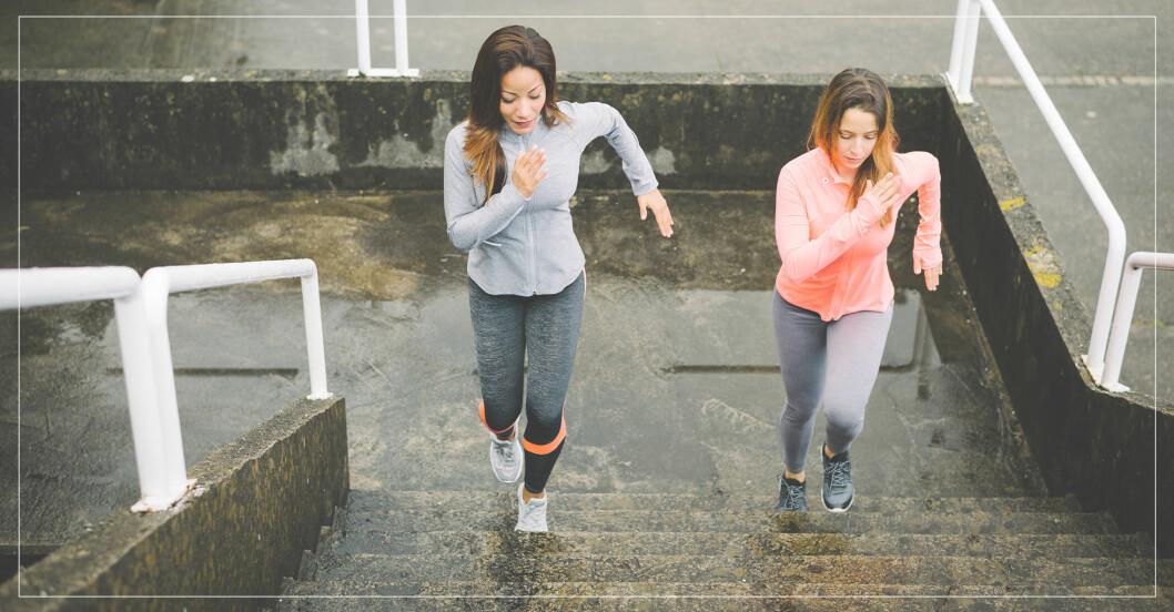 kvinnor tränar hiit i trappa