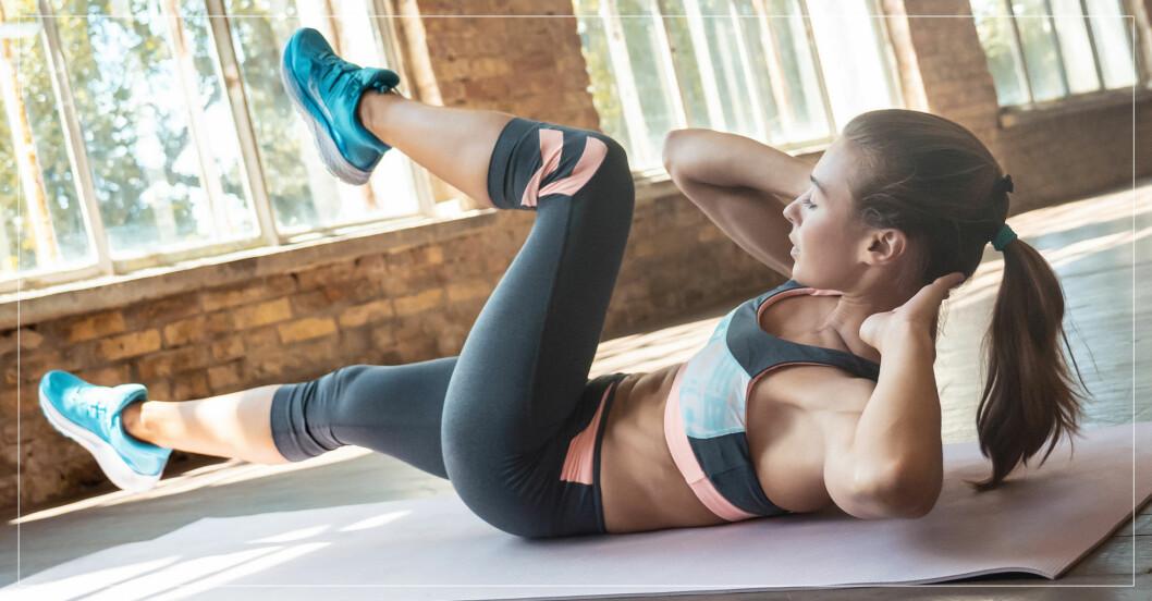 kvinna göra bra magövning för att få stark mage och bål