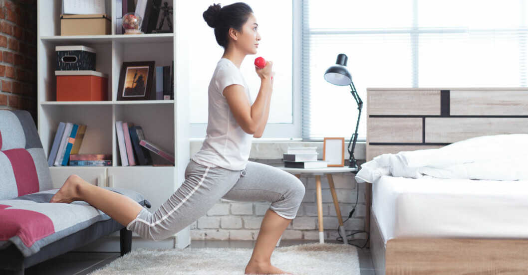 Kvinna som tränar med hantlar hemma
