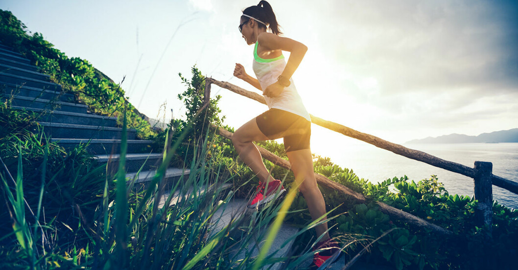 kvinna tränar på sommaren