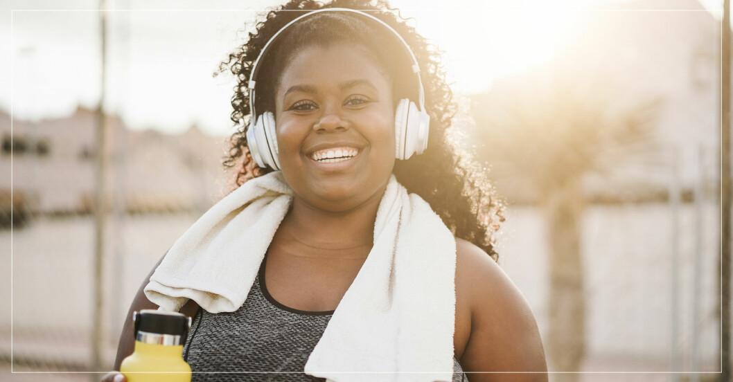 kvinna som tränar sig gladare