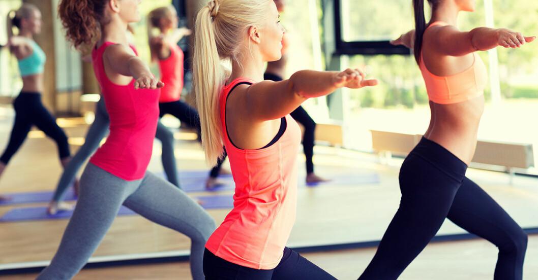 Kvinnor i färgglada sportkläder under ett träningspass