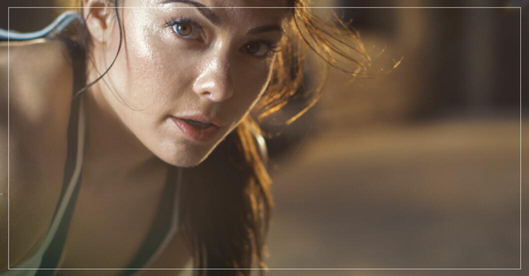 kvinna som tränar utan misstag