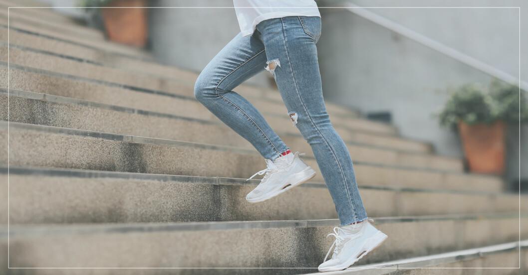 Tar träningspauser under dagen med olika övningar, här i trappa