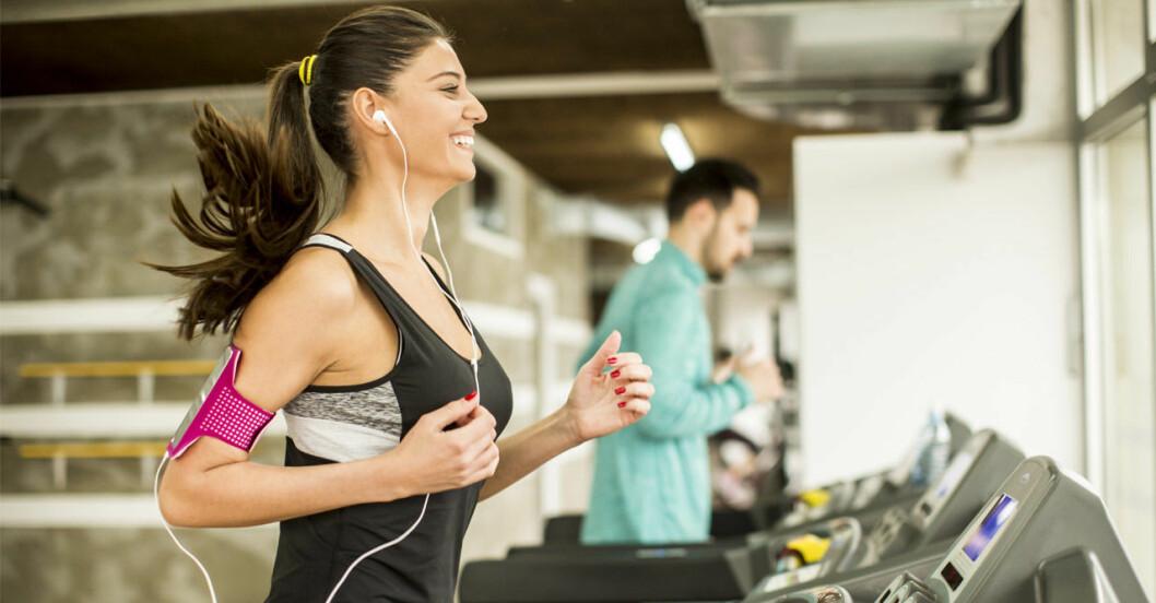Kvinna springer på löpband mot mensvärk.