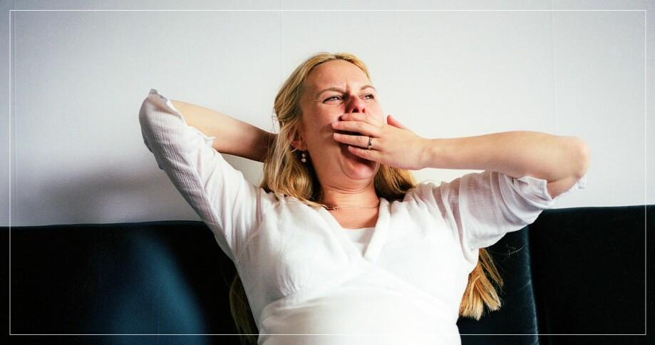 trött kvinna gäspar
