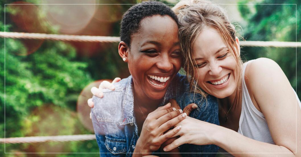 Två kvinnor som är vänner.