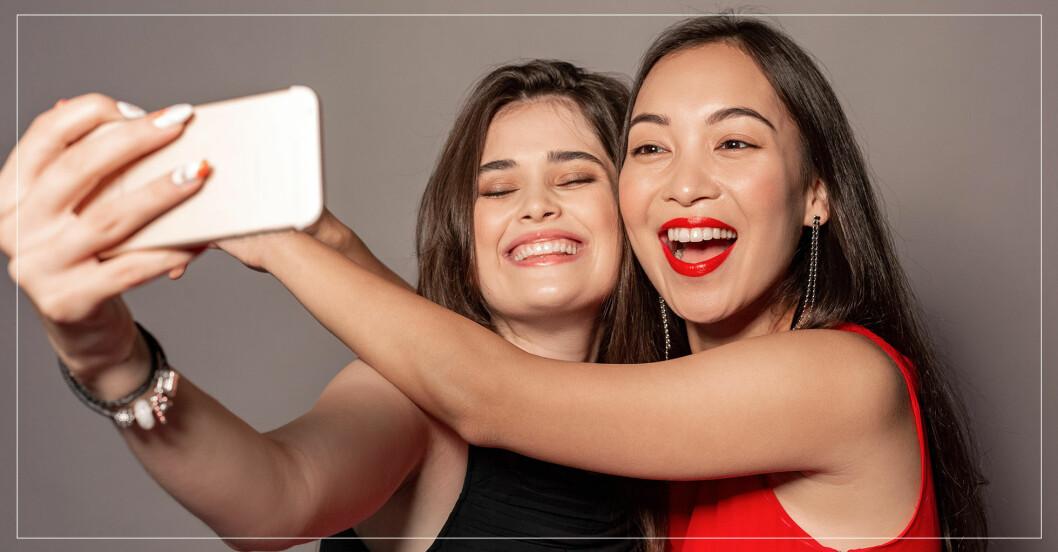 två tjejer som tar en selfie ihop
