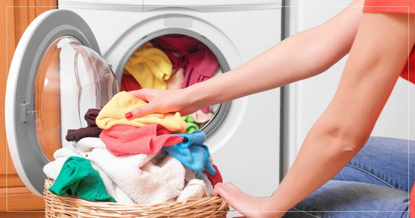 Kvinna tömmer tvättmaskinen