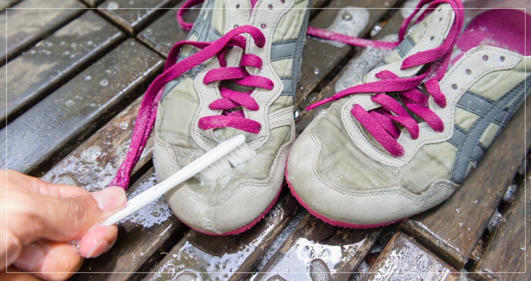 Tvätta sneakers med tandborste och bikarbonat.