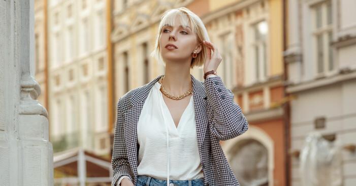 Ung kvinna i ljust hår och kort lugg.