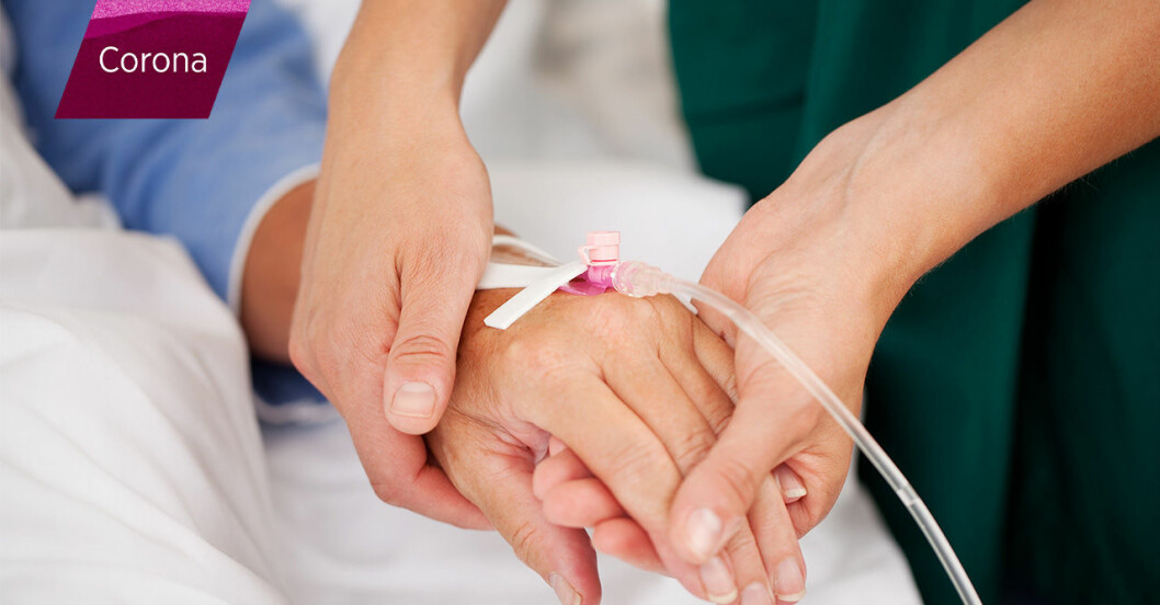 läkare håller person i handen i sjukhussäng