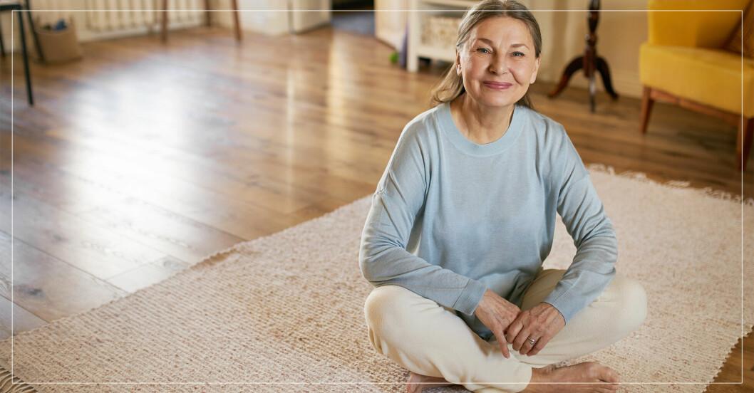 kvinna sitter på golvet och vill ta sig upp till stående