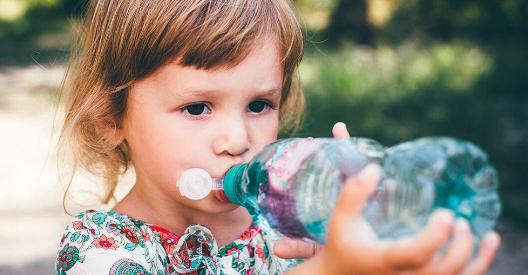 Tecken på att ditt barn dricker för lite vatten