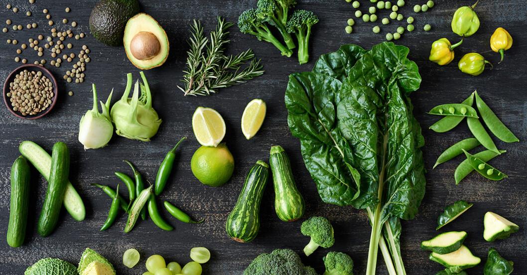 Ett bord fullt av gröna grönsaker