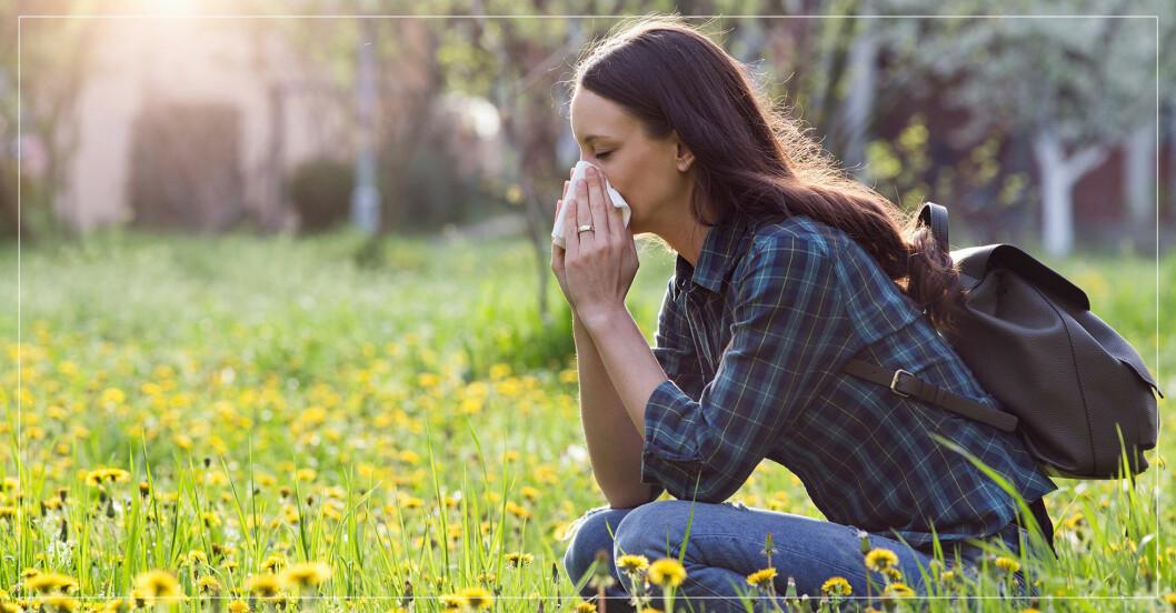 kvinna med pollenallergi som snyter sig
