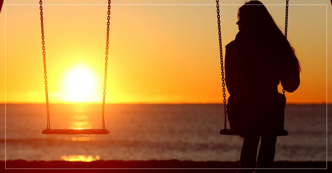 kvinna som gungar i solnedgång och saknar en vän