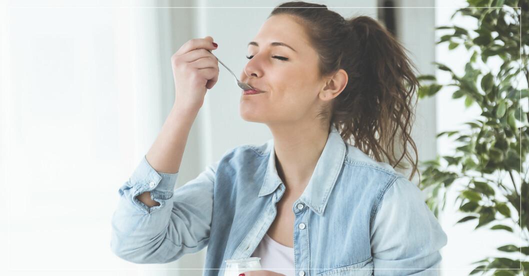 kvinna äter mellanmål – sämsta alternativen