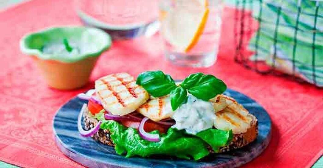 Testa en vegetarisk burgare. Recept på öppen halloumiburgare.