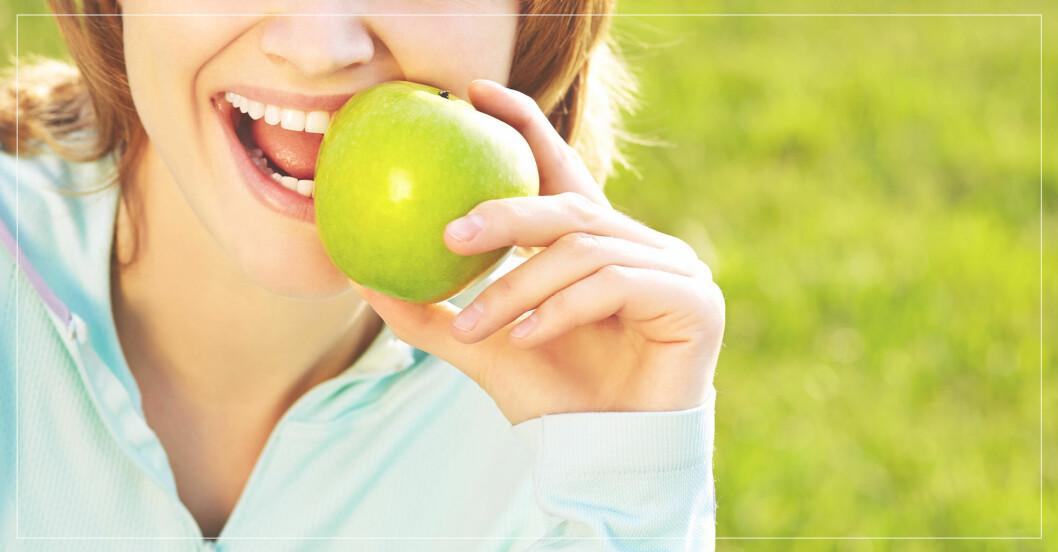 kvinna äter äpple