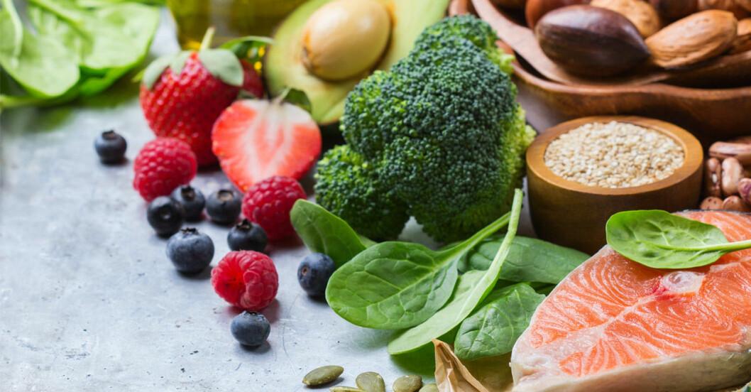 Lax, broccoli, avokado, spenat, nötter och bär är bra mat vid viktminskning.