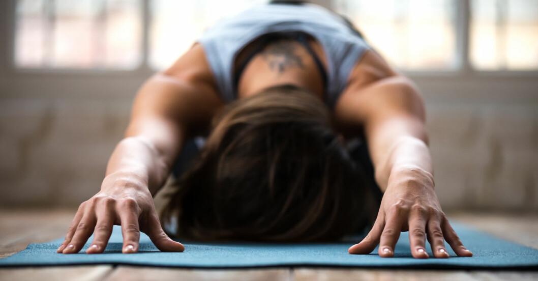 Kvinna som utövar yin yoga.