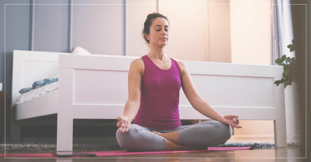 kvinna yogar innan hon ska sova gott